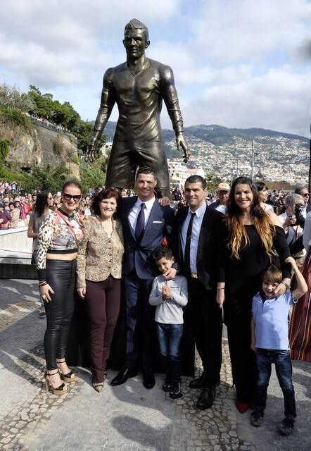 Cristiano Ronaldo unveils statue of himself3