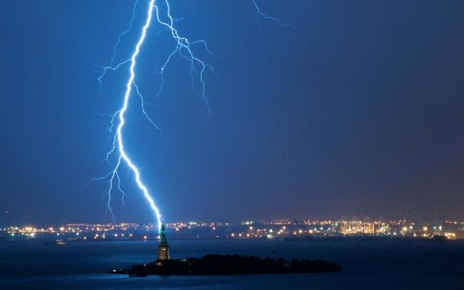 Photos of Lightning Striking Famous Places statue of liberty2