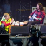 "Dave Grohl: ""Ima go to the hospital… And I'm gonna fix ma leg!…. And then we're gonna keep playing!!"""