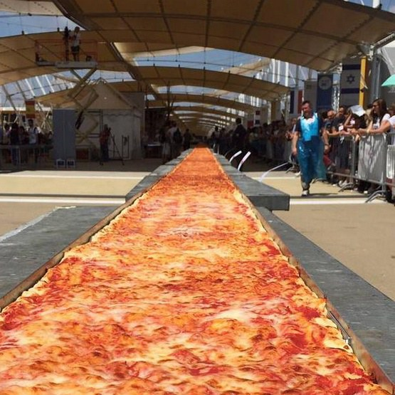 Longest pizza ever made, 1595m Milan 2015