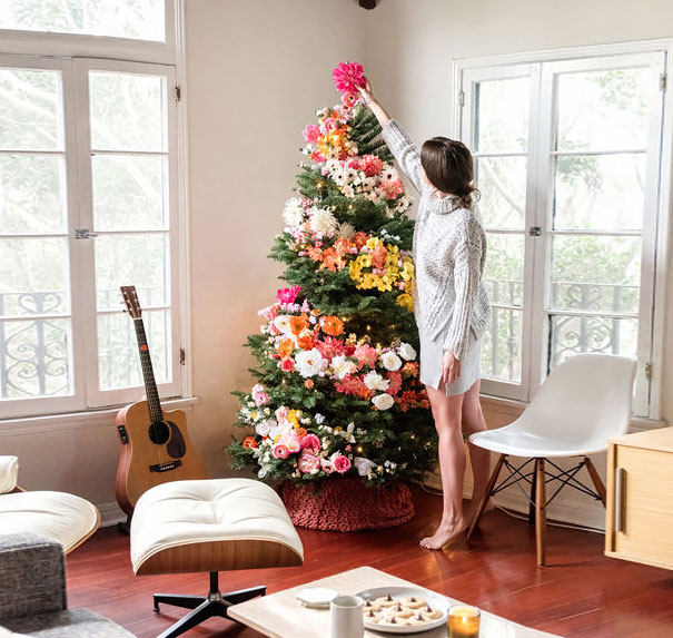 People Are Decorating Their Christmas Trees With Flowers And The Results Are3
